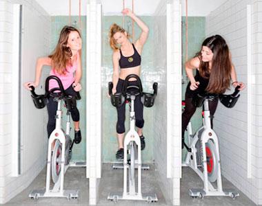 chicas en bicicletas de ciclismo indoor