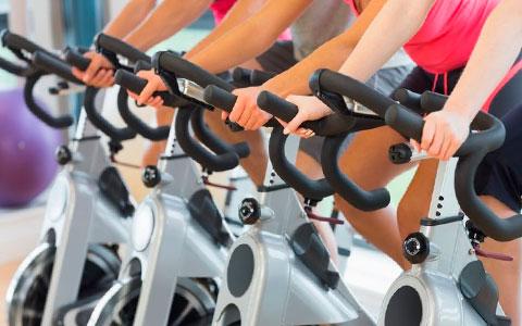 ejercicio con la bici indoor