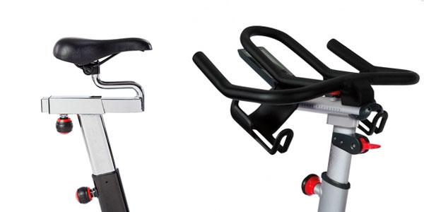 bicicleta de ciclo indoor, detalles de sillín y manillar