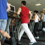 Gente en el gym corriendo