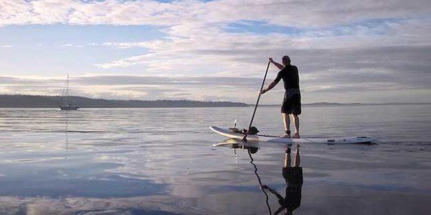 remando en el agua