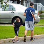 Padre e hijo haciendo deporte juntos