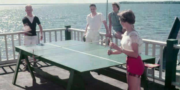 Jugando en una mesa de ping pong casera