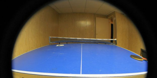 Mesa de ping pong en cuarto de juegos