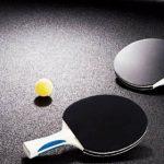 palas sobre mesa de ping pong
