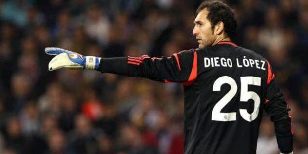 Portero Diego López con guantes Uhlsport