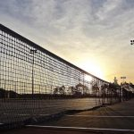 red en la pista de tenis