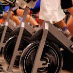 sesión de spinning en un gimnasio