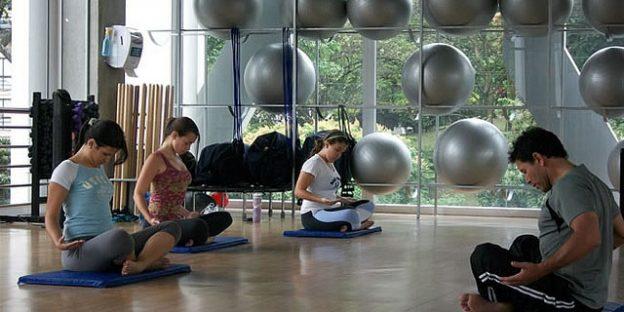 Grupo en clase de yoga
