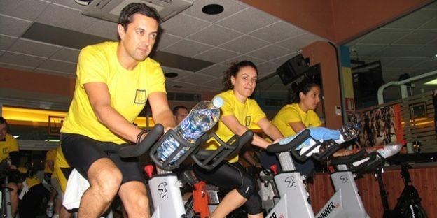 deportistas en sala de spinning