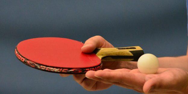 Jugador de tenis de mesa al saque