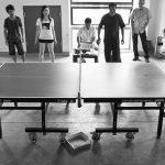amigosjugando torneo de ping pong