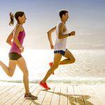 corriendo junto al mar