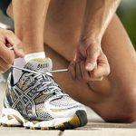 anudando las zapatillas de correr