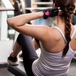 chica haciendo abdominales en el gym
