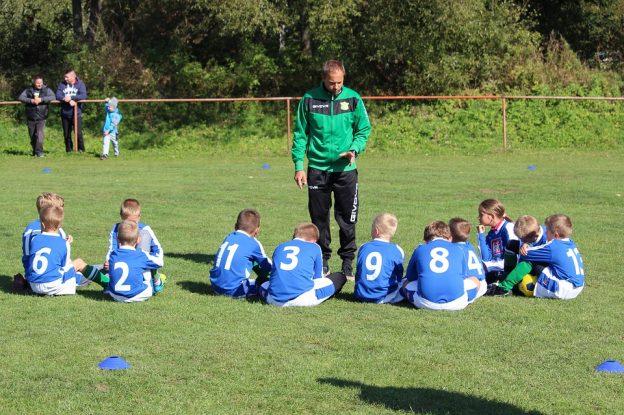 entrenador con niños