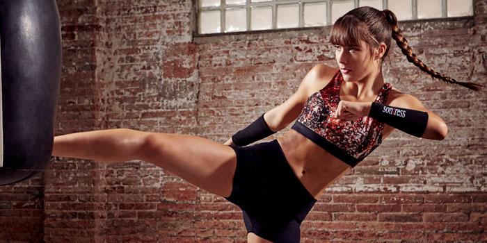chica haciendo kickboxing