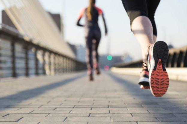 Chicas corriendo por la ciudad