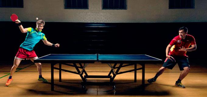 jugando en una mesa de tenis de mesa